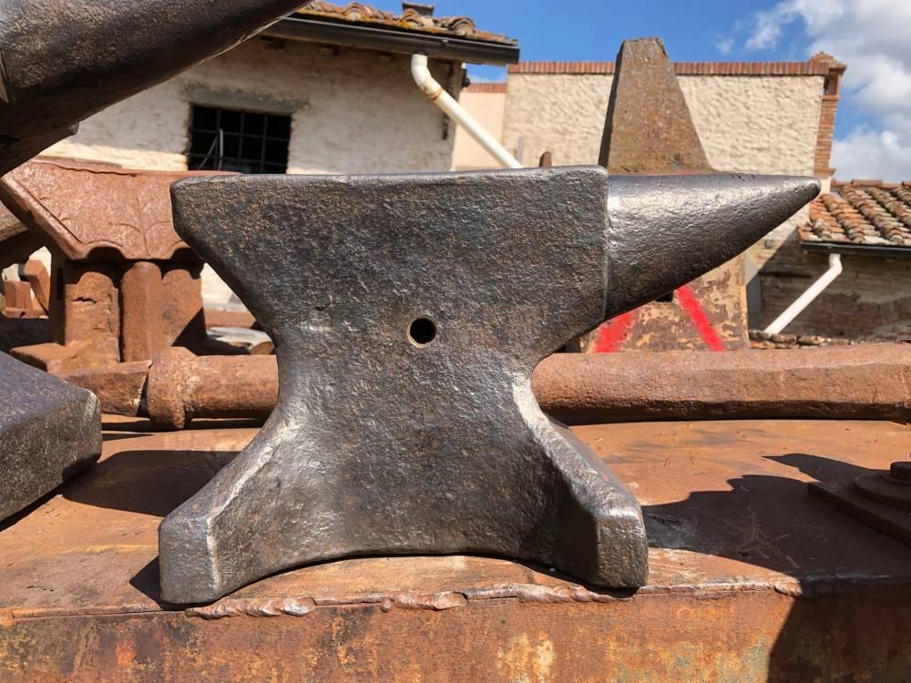 Single horn anvil